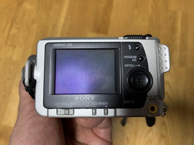 コンパクトデジタルカメラの小さなモニター