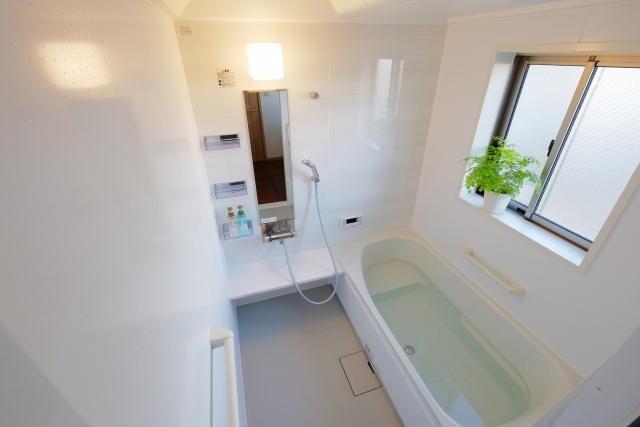 狭い浴室を広角レンズで撮影
