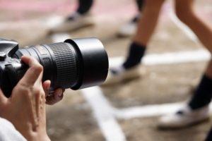 運動会で写真を撮る